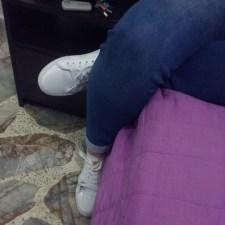 Viviana Zapata. Postura mientras lee. No hace parte del grupo objetivo del libro. Fotografía tomada por Carolina Foronda.