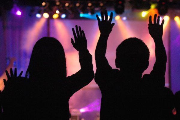 kids worshipping