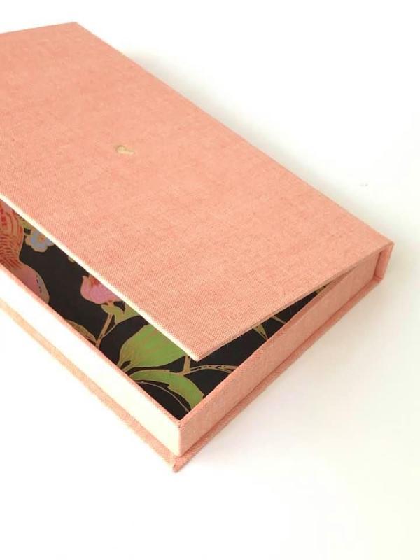 caja lino rosa para fotografía
