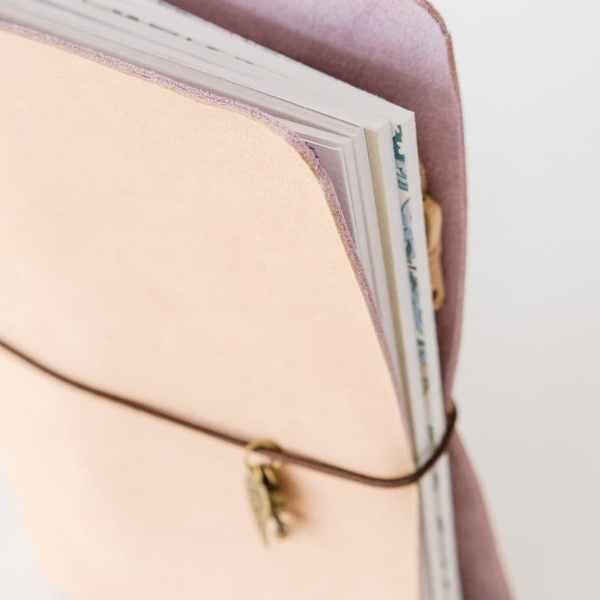 cuaderno midori en piel con cierre goma