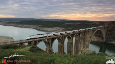 Alvia cruzando el viaducto Martín Gil