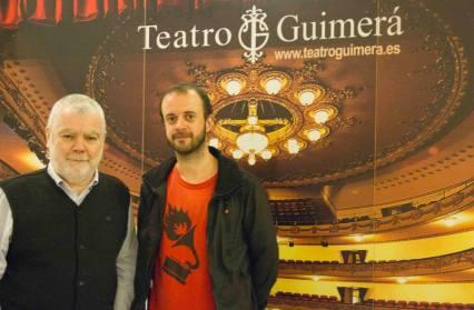 Jorge Gorostiza (moderador) y Fernando Franco (cineasta invitado) posan a la entrada de la sesión.