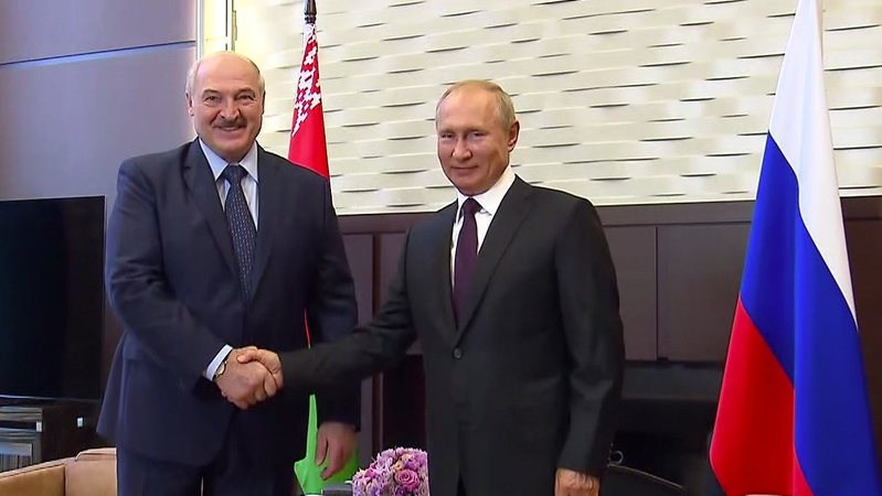 Putin expresses support for Lukashenko and lends 1.2 billion euros