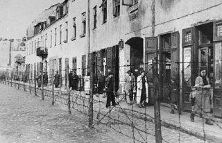 Вид на забор из колючей проволоки, отделявший Краковское гетто от остального города.