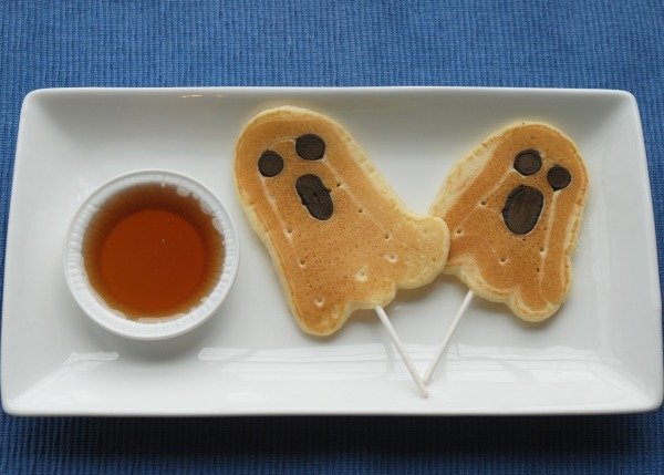 These ghost pancake pops are so cute, and such an easy way to add some fun into breakfast! #31DaysofHalloween