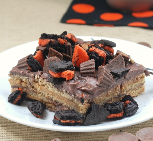 This Peanut Butter-Chocolate Pudding Cup Icebox Cake is easy and delicious, and a great way to use up leftover Halloween candy! #SnackPackMixins #shop #cbias