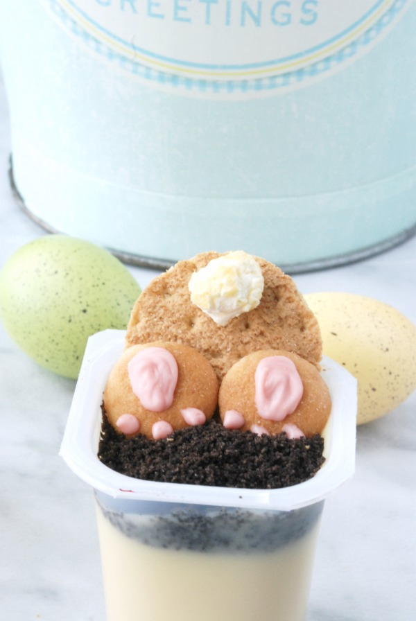 Make the cutest little bunny bum pudding cups ever with Super Snack Packs and a few other easy ingredients! #SnackPackMixins #ad