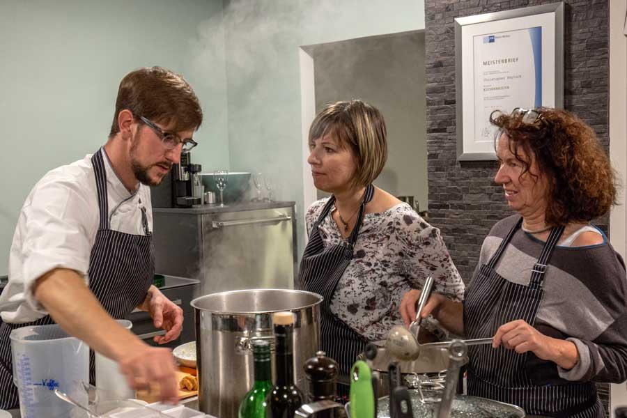 Christopher Keylock erläutert den Ansatz der Maronen-Creme-Suppe
