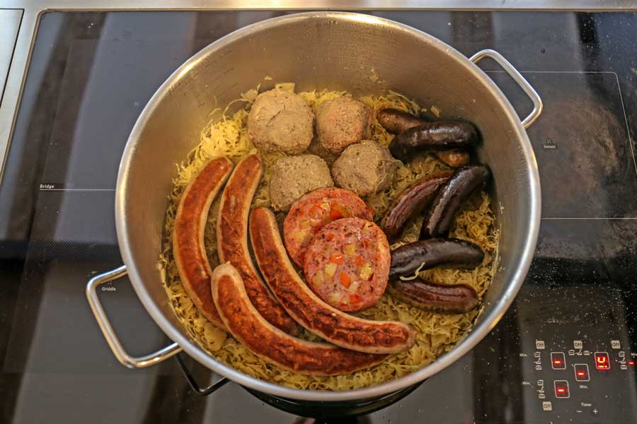 Schlachterlatte, selbstgerechtes Sauerkraut, Wurst von der Landmetzgerei Hornung