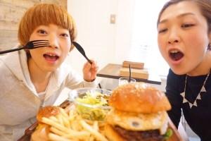 大阪でハンバーガー🍔🍔🍔お花見やピクニックにもってこい😎いい大人2人がはしゃぎます。。。💦笑