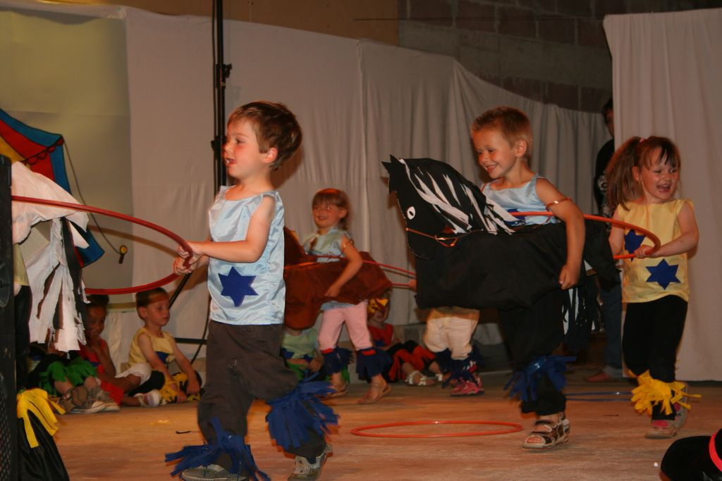 Le spectacle des petits sur l'équitation