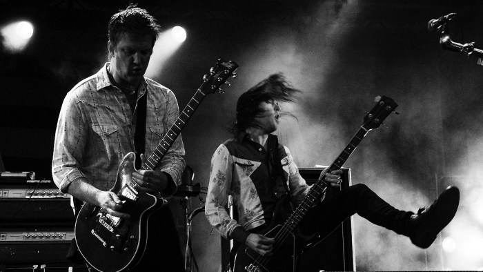 QOTSA-Queens-of-the-stone-age-photos-live