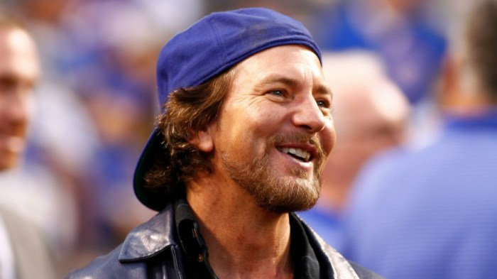 eddie-vedder-personal-jesus-depeche-mode-canzone-end-of-a-century-foto