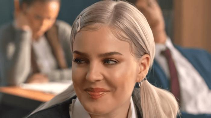 Anne-Marie diventa Britney Spears nel video di 2002