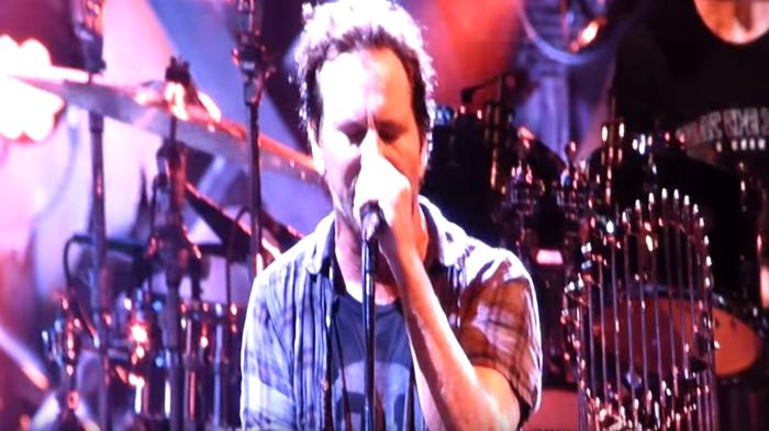 """I Pearl Jam hanno suonato il 18 agosto 2018 al Wrigley FIeld Stadium di Chicago la cover di """"Rebel Rebel"""" di David Bowie"""