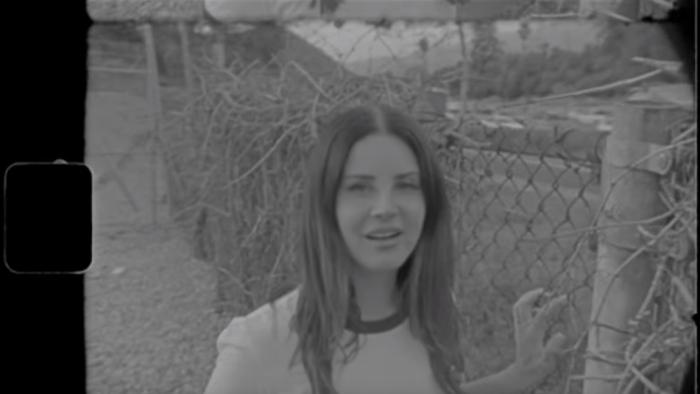 """Lana Del Rey è tornata con il nuovo singolo e video """"Mariners Apartment Complex"""" girato dalla sorella Chuck Grant"""