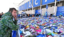 Tom Meighan omaggia il Presidente del Leicester City FC morto sul suo elicottero sul King Power Stadium
