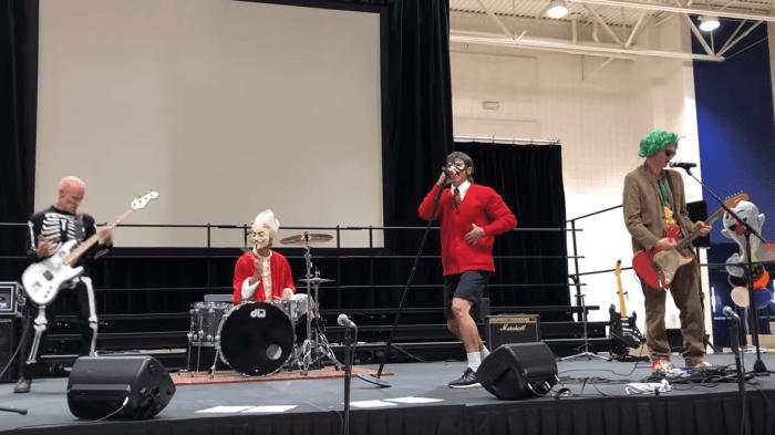 """I Red Hot Chili Peppers hanno suonato """"Can't Stop"""" in una scuola elementare vestiti per Halloween"""