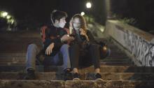 """Due ragazzi viaggiano per Roma nel video di """"Cartolina Portuense"""" di Guidobaldi"""