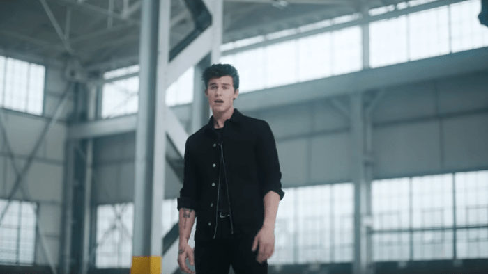 "Shawn Mendes ha pubblicato il video del singolo ""Youth"" feat. Khalid"
