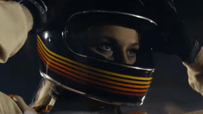 """I due Chainsmokers corrono una gara di motocross con Kelsea Ballerini nel video di """"This Feeling"""""""