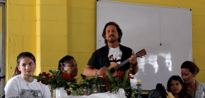 "Eddie Vedder ha suonato all'ukulele ""Here Comes The Sun"" dei Beatles in Sudafrica"