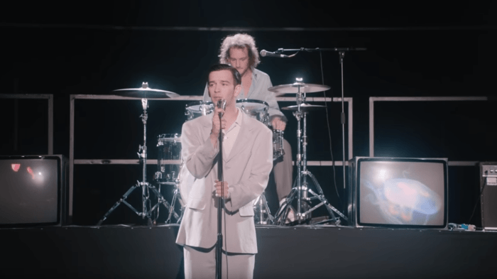 "The 1975 hanno pubblicato il nuovo video ""It's Not Living (If It's Not With you)"""