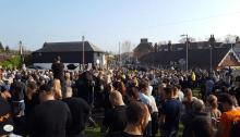 Il corteo funebre per la morte di Keith Flint dei Prodigy