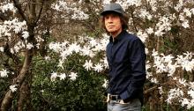 Mick Jagger cammina nel parco dopo l'operazione al cuore