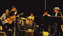 """Bob Dylan e Neil Young si esibiscono dopo 25 anni insieme sullo stesso palco a Kilkenny, Irlanda, con """"Will The Circle Be Unbroken"""""""