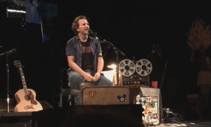 """Eddie Vedder ha suonato e cantato """"Seasons"""" di Chris Cornell a Dusseldorf"""