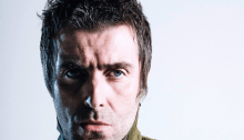 "Liam Gallagher rende omaggio a Keith Flint sul palco di Glastonbury con ""Champagne Supernova"""