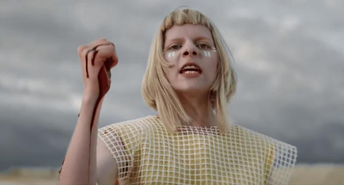 """Aurora salva il mondo nel nuovo video """"Apple Tree"""""""