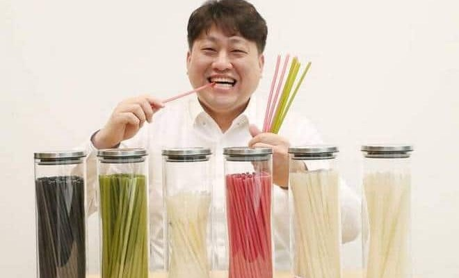 Drinking straws made from rice that can be eaten after use