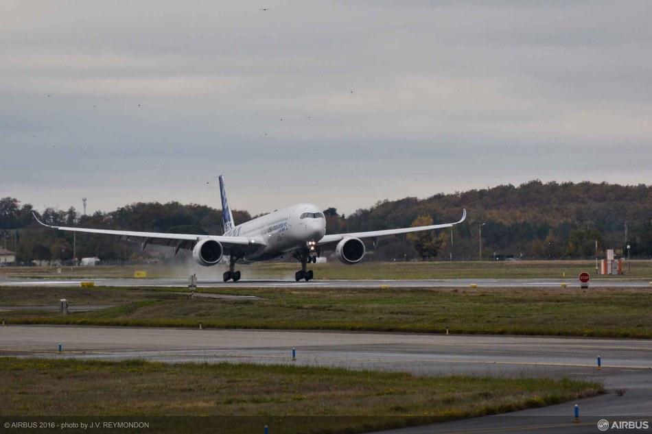 a350-1000_first-flight_landing_
