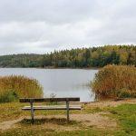 Vatten och bänk vid sjö. inlägg om för höga krav på sig själv