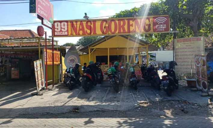 Konyol, Mantan Koki Restoran ini Bikin Nasi Goreng Menggunakan 'Cethok' Alat Bangunan