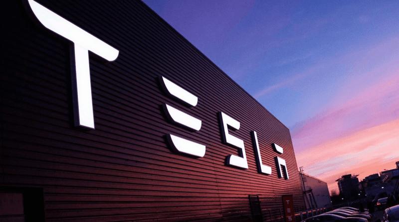 Tesla запатентовала систему, которая не позволит электромобилю тронутся с места, если водитель не пристегнут