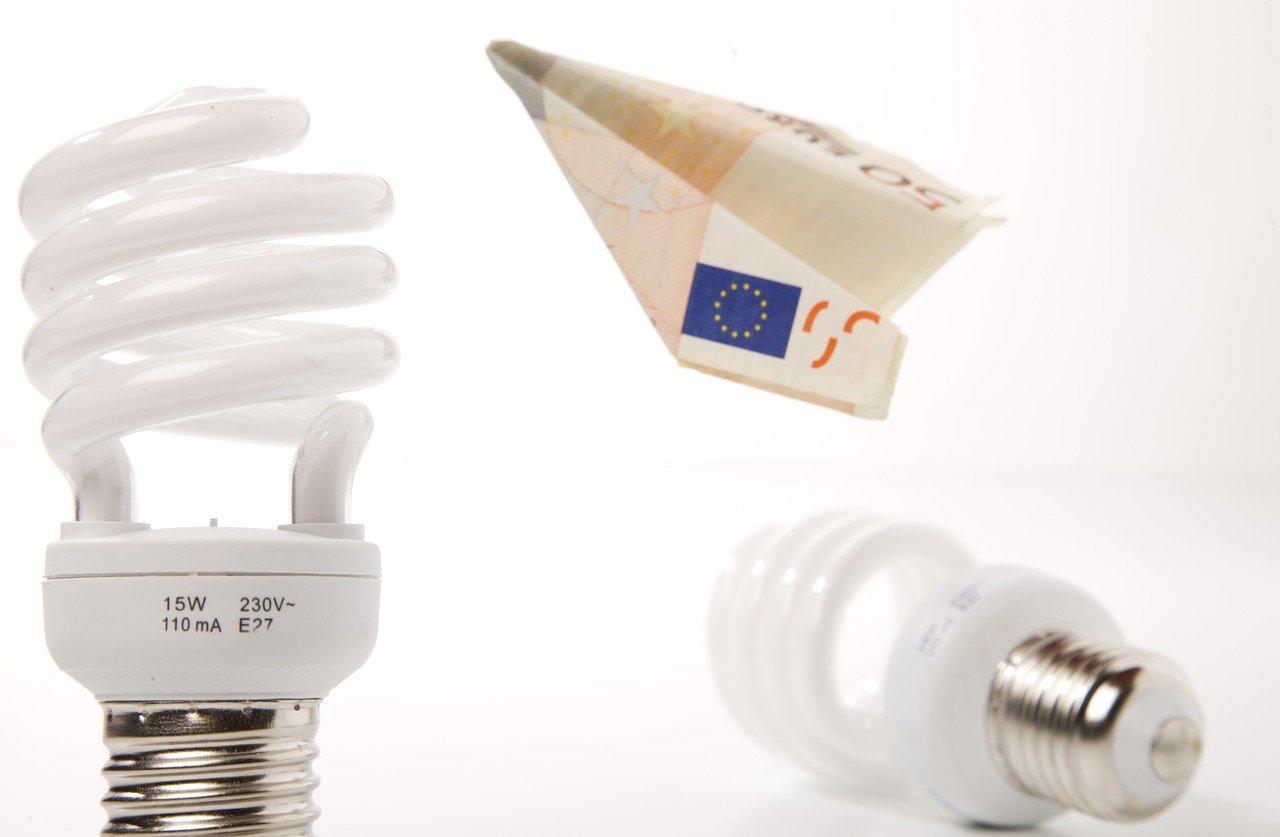 8 εύκολα tips για οικονομία στο ρεύμα που δεν είχατε σκεφτεί μέχρι τώρα