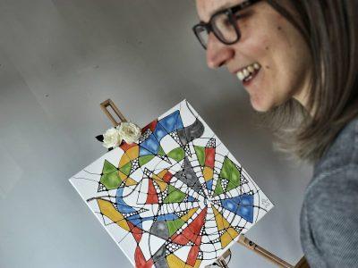 Junge Frau in einer Portraitaufnahme mit einem Neurodings Bild