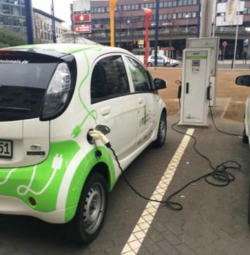parkende-elektroautos-batterie-geld