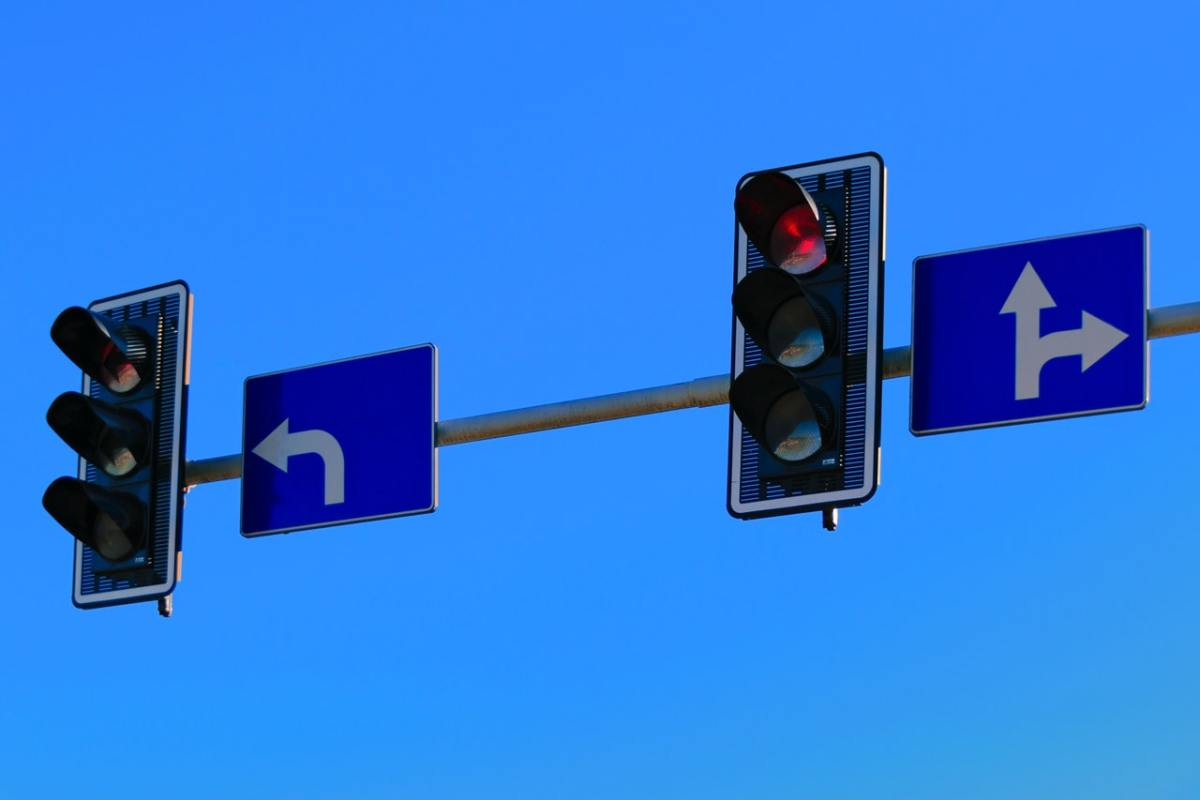 Traffic lights with pointing arrow signs.