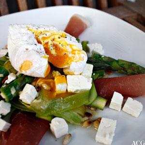 bilde av tallerken med aspargessalat og posjert egg