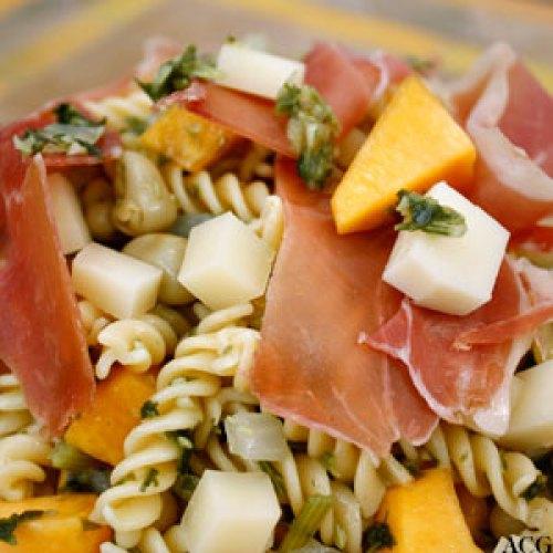 Nærbilde av pastasalat med spekeskinke