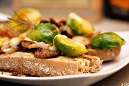 Nærbilde av sandwich med reinsdyrskav og rosenkål