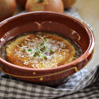 bilde av fransk løksuppe med gratinert ost