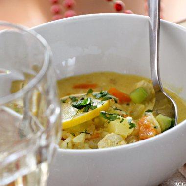 nærbilde av suppebolle og vinglass i forgrunnen