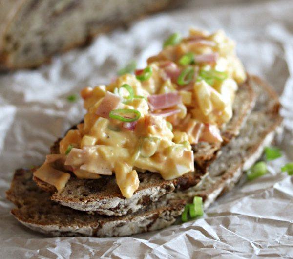 Eggesalat og 2 skiver brød på matpapir
