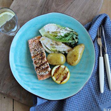 Tallerken med laks, sitron, stekt hjertesalat og potet