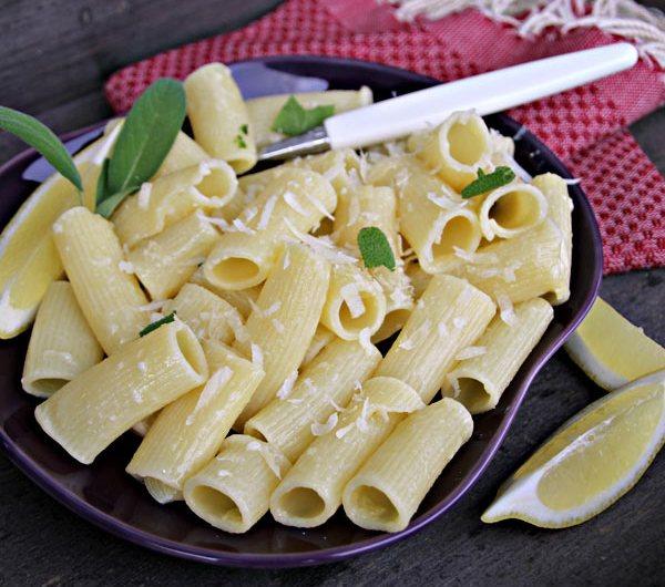 Tallerken med pasta i salviesmør